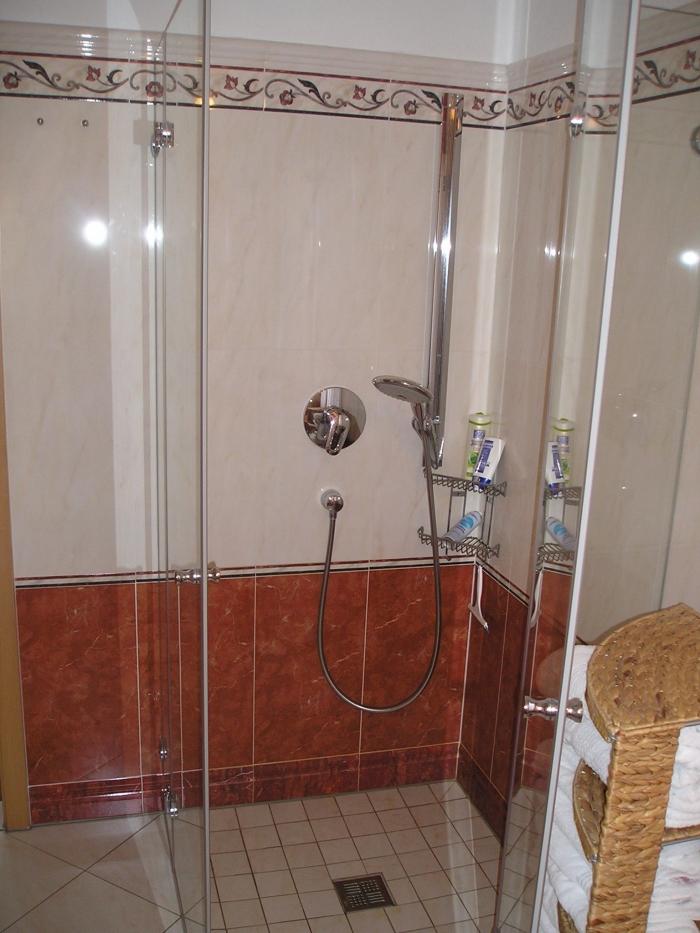 dusche gefliest walk in dusche gefliest geflieste dusche wunderschne bilder begehbare dusche. Black Bedroom Furniture Sets. Home Design Ideas